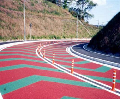 彩色路面施工完毕,通常很快就要通车,故要求粘结剂强度短时间达到使用要求!
