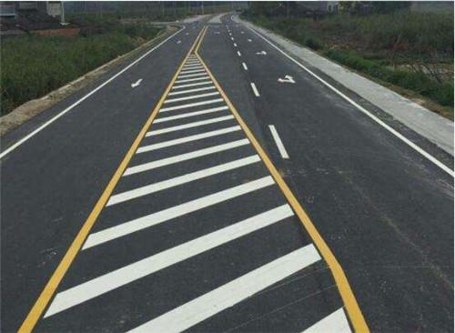 好的热熔型道路标线涂料在使用时,有良好的反光效果、鲜艳的颜色和一定的耐久性!