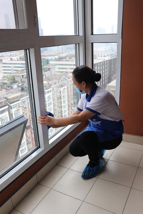 武汉家政服务介绍几个小妙招,让您轻松搞定小白鞋的污渍!