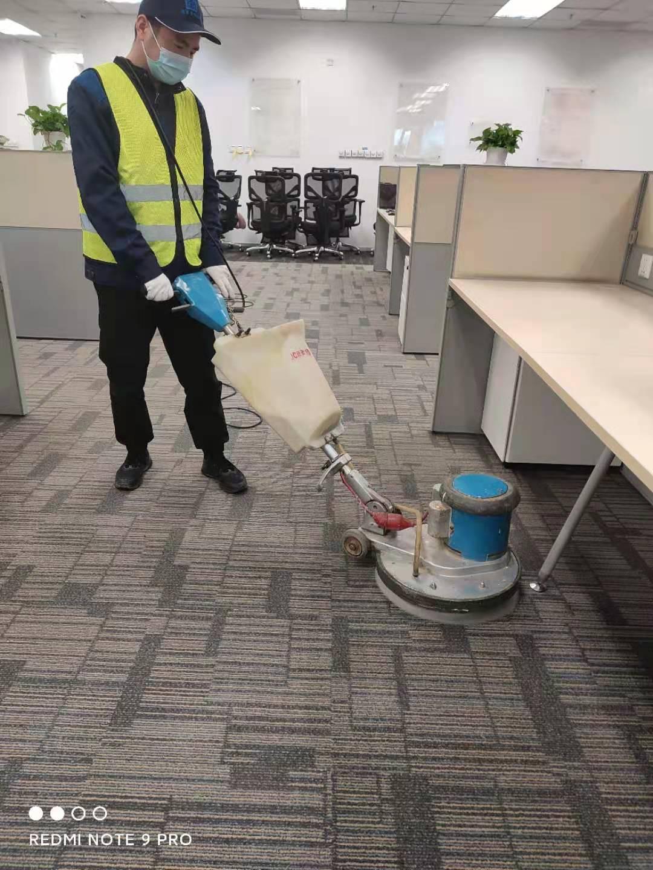 地毯清洗好麻烦?教你这些小技巧,自己也能清洁干净!