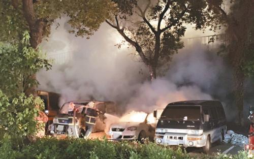 台湾一男子心情不好在车上烤肉引发大火 烧毁4车