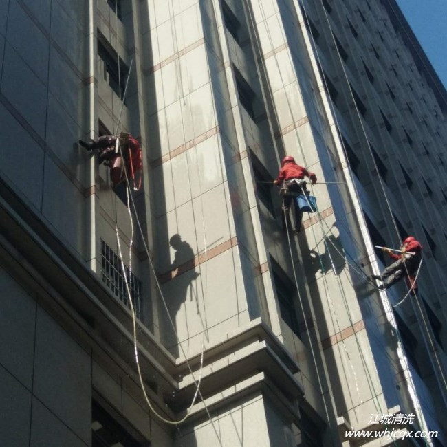 玻璃幕墙常见污染情况如何处理?武汉外墙清洗公司来介绍