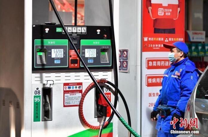 """下班后去加油? 油价""""九连涨"""",一箱油多花9元"""