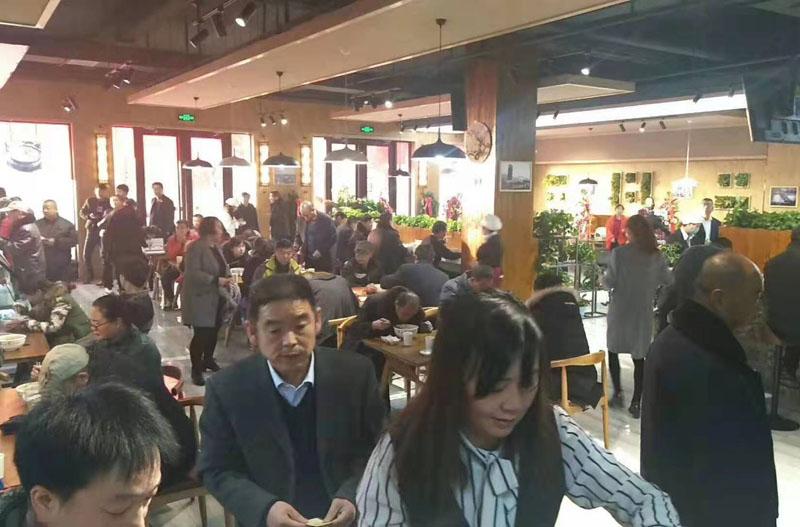 日均营业额达到2.3万元的塞拉宫牛肉面嘉峪关店广受好评