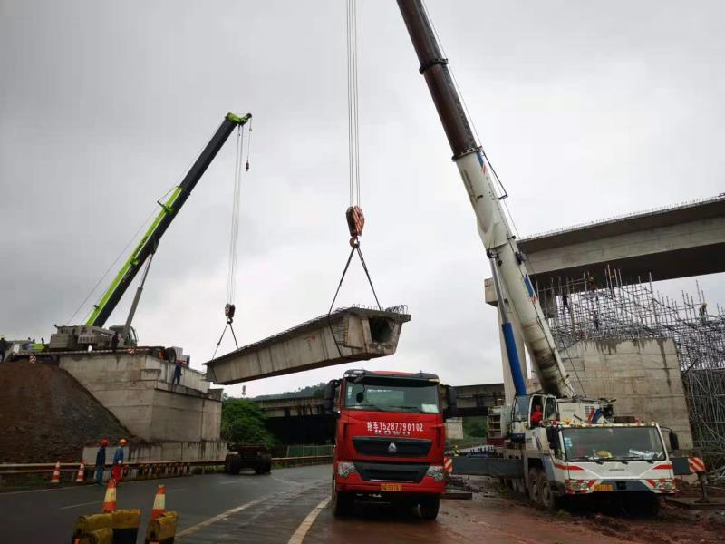 临港互通拓宽改造桥板吊装