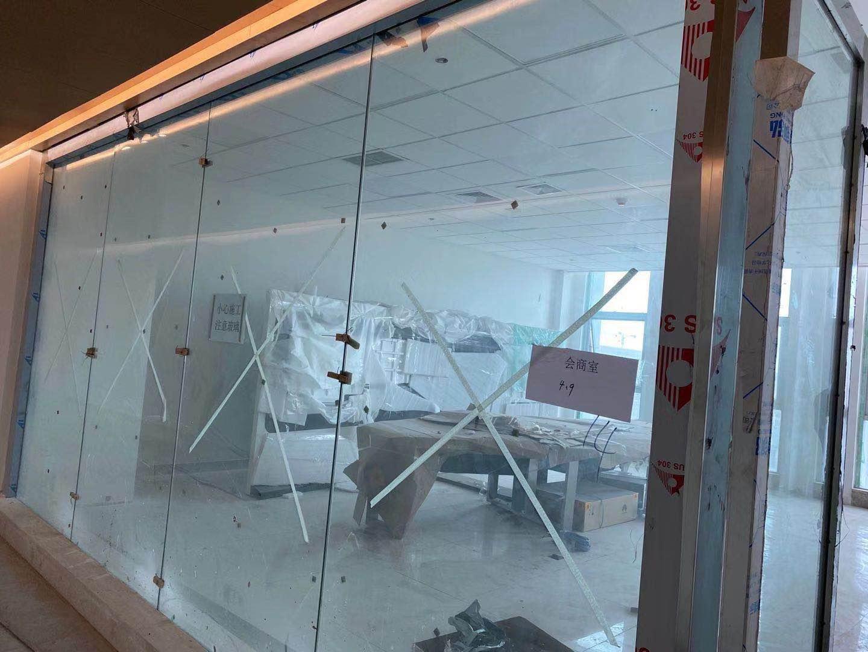 成都天府机场的不锈钢玻璃隔断进入打胶收尾阶段