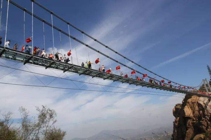 游玩玻璃吊桥不得不了解的几个安全知识,请牢记于心
