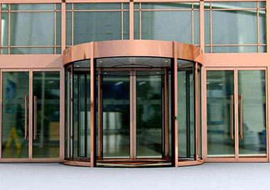 怎样才能避免被旋转门夹住,如何使用旋转门呢?