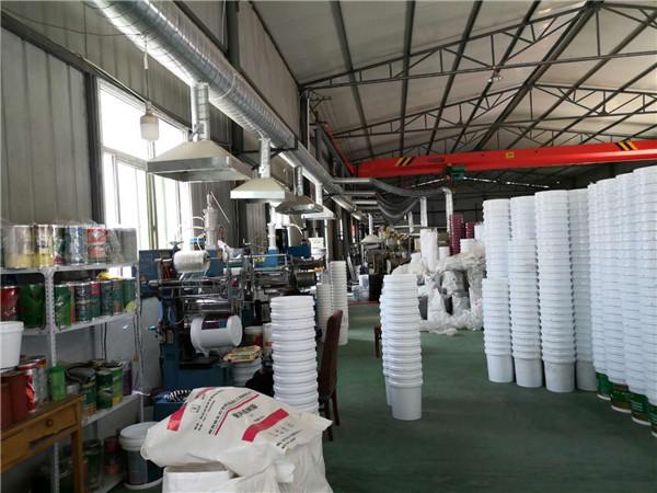 机器设备正在生产乳胶桶中
