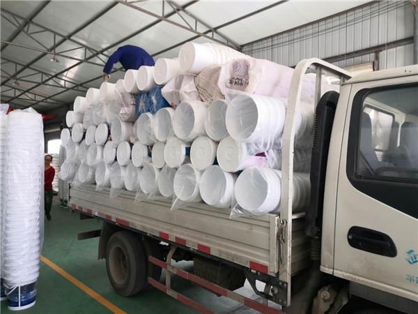 各种规格的圆形塑料桶装货中!