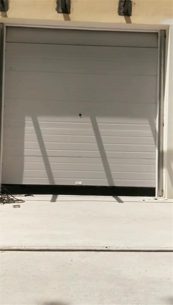 新郑工业提升门安装完毕