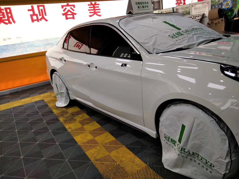 汽车的养护方法之一,给汽车贴膜就很好