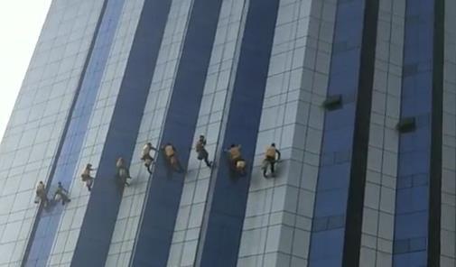 专业团队进行外墙清洗工作