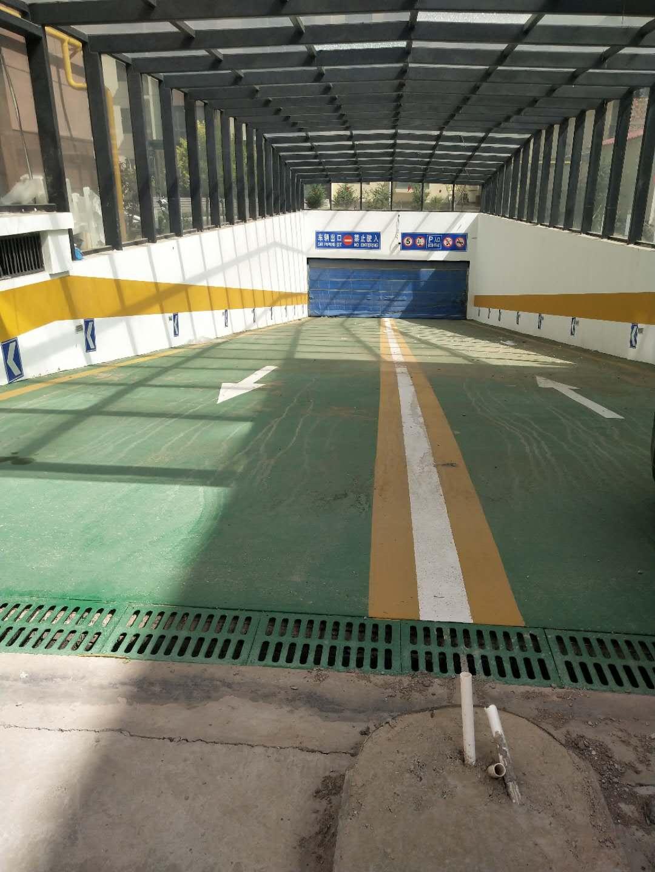 路常顺对地库防滑坡道进行施工1