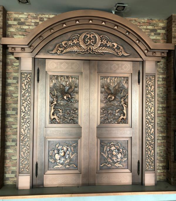 陕西铜门厂家来给大家分享一下铜门表面有油污脏物该如何处理?一起来瞧瞧!
