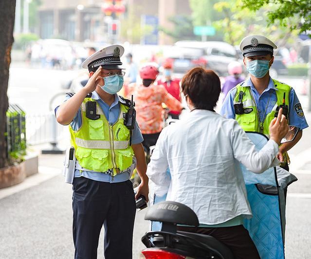 2020年7月1日,南京路口电动车不佩戴头盔的违法行为进行现场处罚