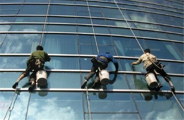 在西安,高楼外墙清洗要特别注意施工安全