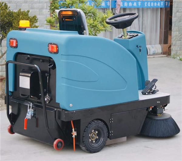 小型驾驶式扫地车