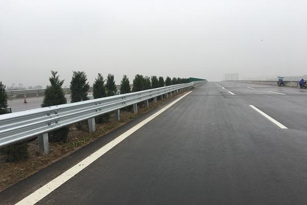 甘肃某段高速公路波形护栏_兰州世腾护栏施工