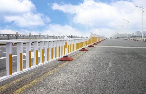 甘肃武威公路段喷塑波形护栏板安装案例