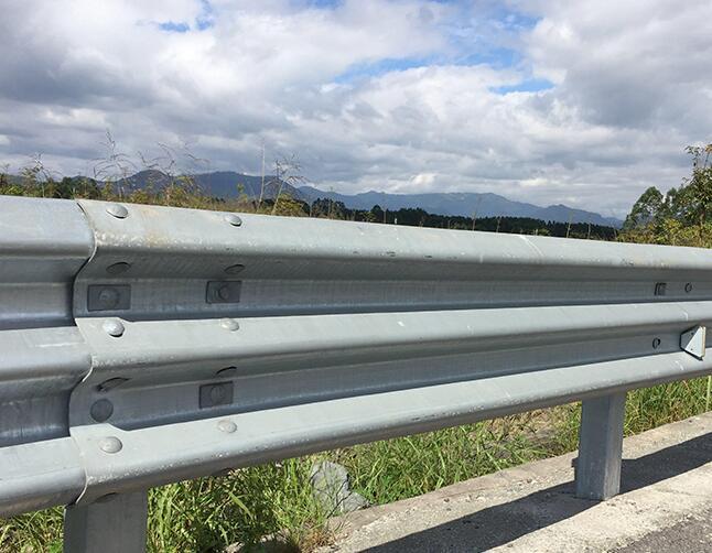 请问路侧波形梁钢护栏是法兰盘还是打入式的呢?
