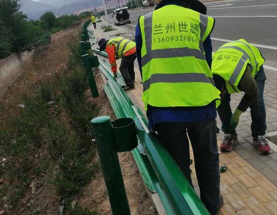 高速公路上波形护栏的表面处理方式
