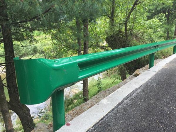 甘肃平凉公路局养护中心高速公路护栏波形护栏安装施工竣工