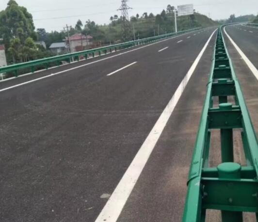 为什么在公路中间安装波形护栏板