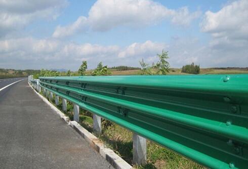 高速公路护栏的重要作用之一,保护公路的行驶日常