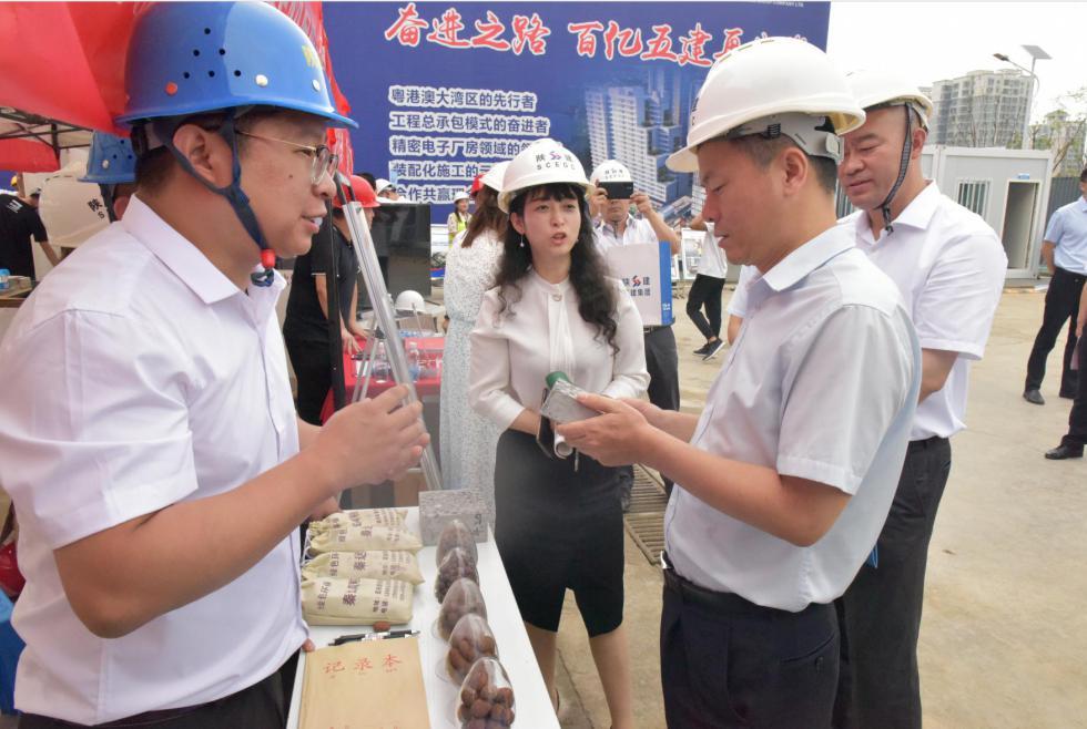 西安市住建局副局长 贾强先生,亲自到陕西秦达建材有限公司展位详细了解高强陶粒在非承重装配式混凝土构件中的应用情况