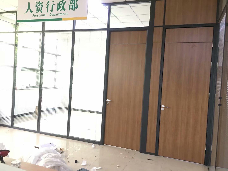 玻璃百叶隔断安装现场