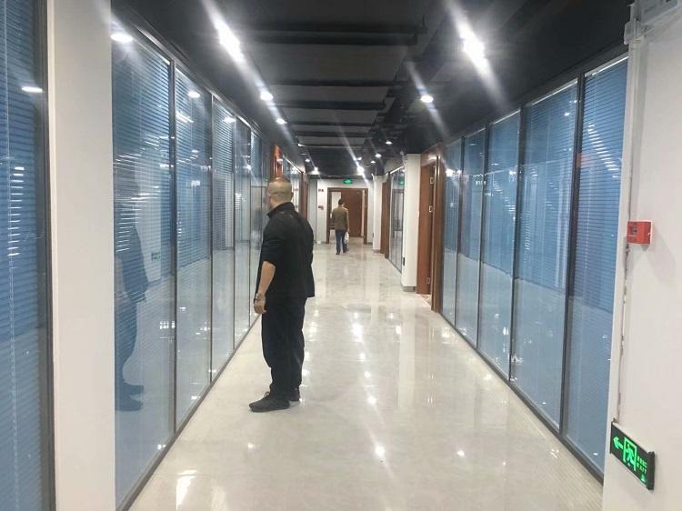 自贡水务投资集团铝合金双玻中控兰色百叶隔断墙