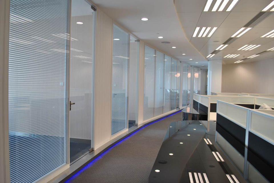 成都公司装修时,用玻璃隔断墙代替实体墙,究竟有哪些好处?