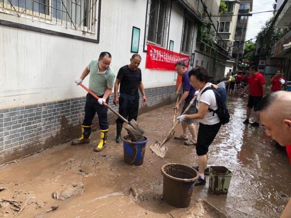 乐山市经济合作外事局:灾后清淤 我们在行动