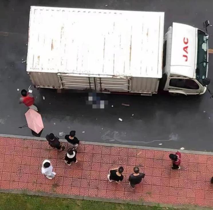 对外经贸大学研一学生校内被快递货车撞倒碾轧身亡