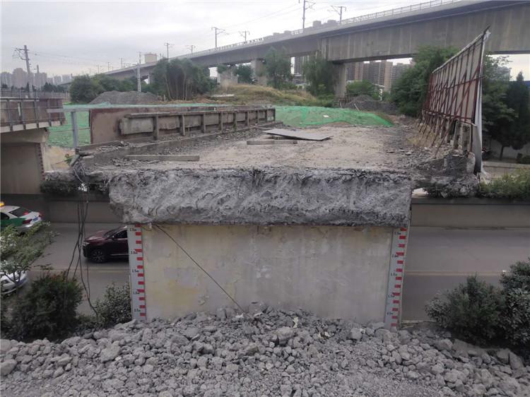 人民东路铁路桥正在拆除中,我公司在施工