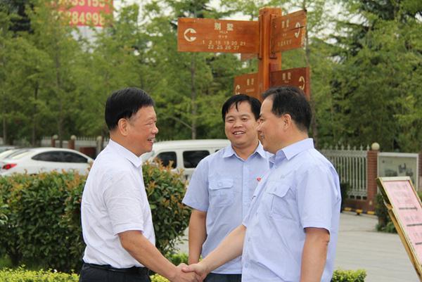 张老师参加龙钢年度大会与董事长亲切握手