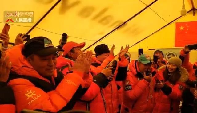 大本营珠峰登顶指挥部欢呼庆祝