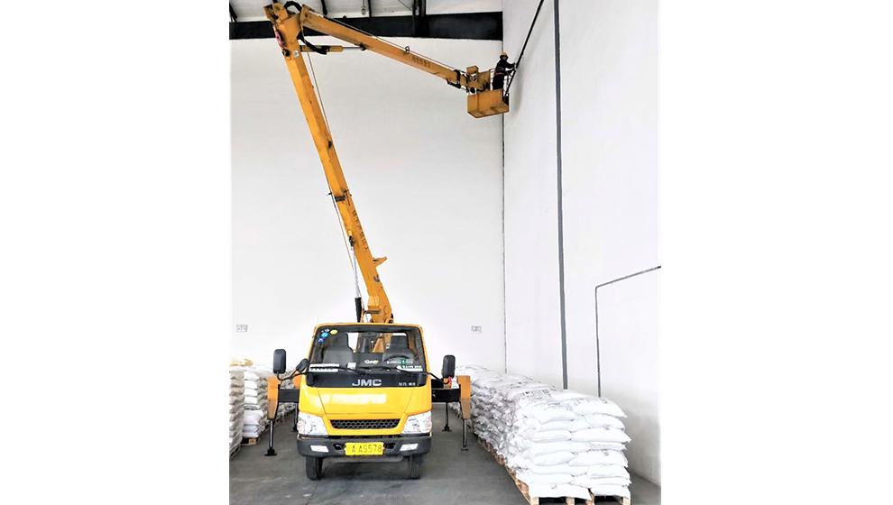 成都高空作業車租賃應用於廠房建設