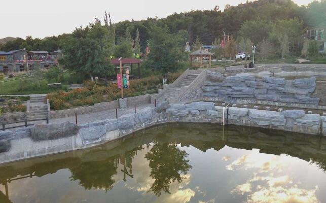 看那流水潺潺的小溪 是小镇送给你的画卷