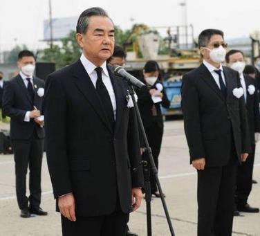 2020年5月21日晨,外交部在机场举行迎接仪式,王毅赴机场接杜伟大使回家
