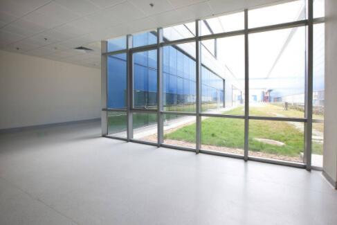 兰州硅pu球场厂家讲述怎么避免安装PVC塑胶地板的灰尘