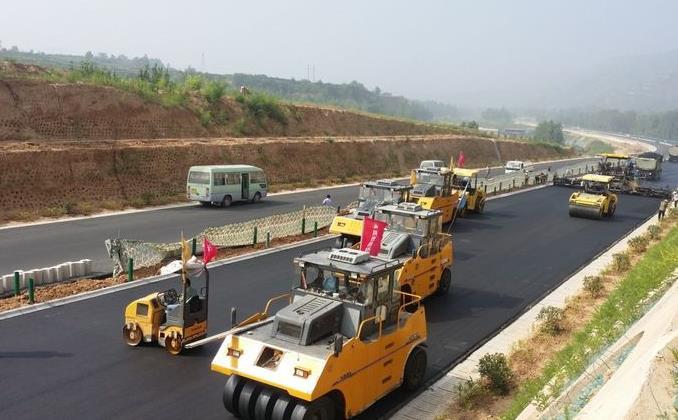 渭玉高速路面施工