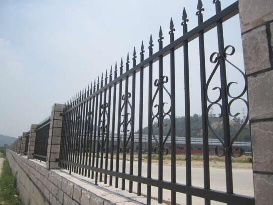 铁艺护栏是如何发展起来的,又有何优点呢?