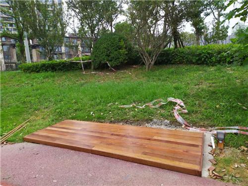 在户外,成都防腐木地板应该如何保养?