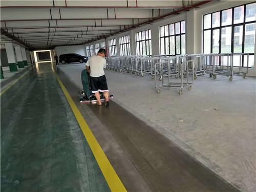 陝西手推式洗地機工人師傅在操作運行中
