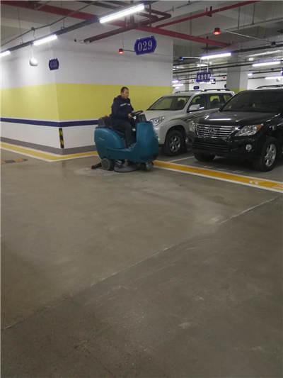 駕駛式洗地機清掃地下車庫