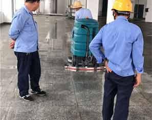 陝西洗地機-工廠師傅在測試中