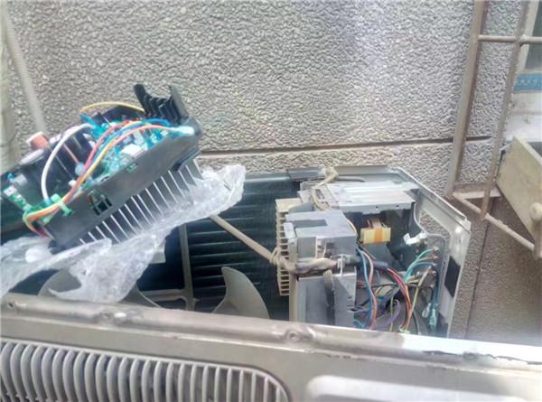 西安美的空調維修現場
